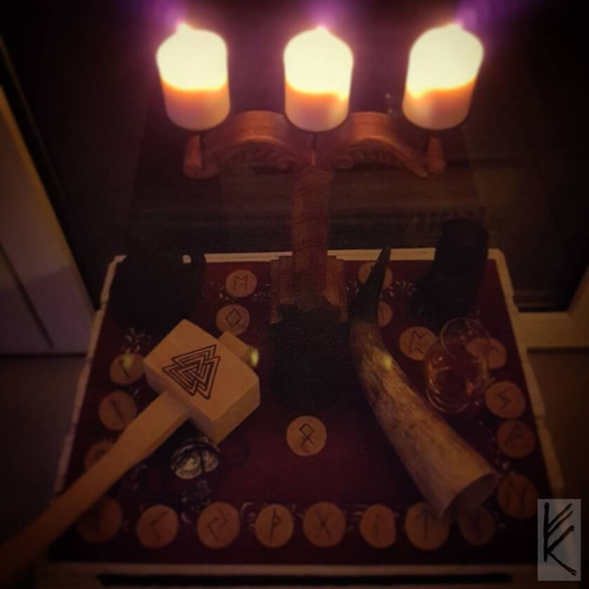 Opferaltar mit Irminsul mit Kerzen, Runen, Hammer, Horn und Götterfiguren