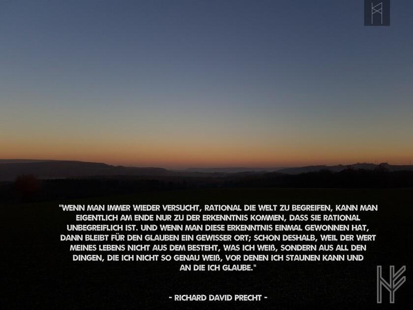 Weite Landschaft bei Sonnenuntergang mit Text