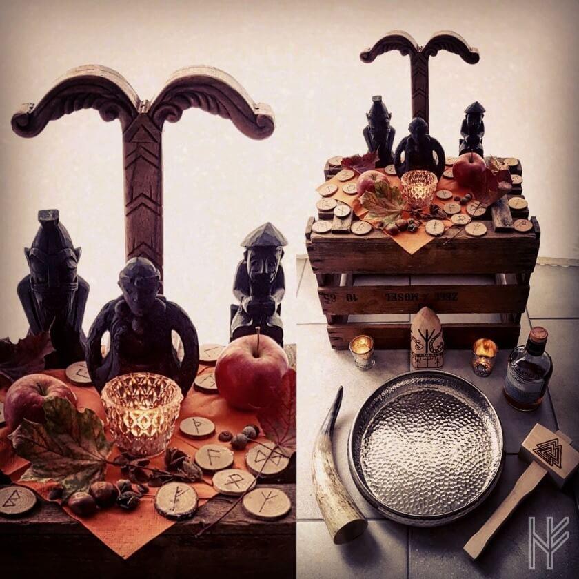 Opferaltar mit Götterfiguren, Irminsul, Horn, Runen und Hammer