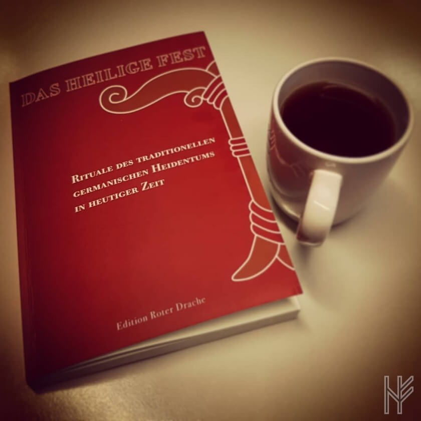 """Buch """"Das Heilige Fest"""" mit Teetasse"""