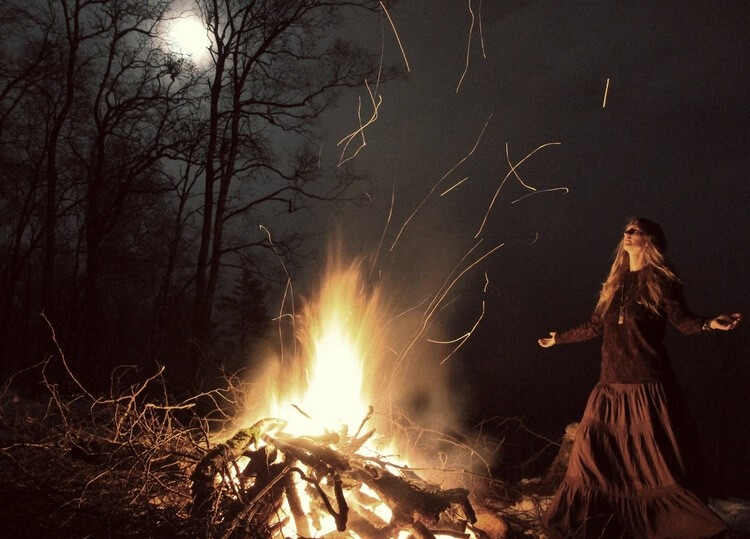 Runahild am Lagerfeuer im Wald bei Vollmond