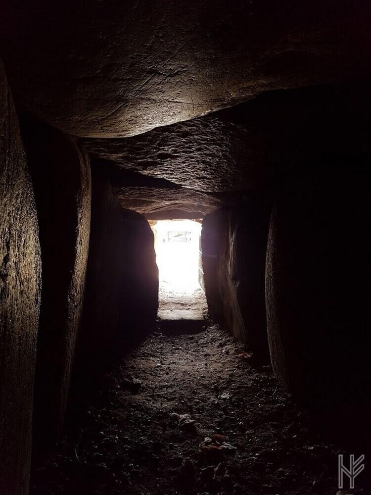 Blick aus der Grabkammer des Denghoogs