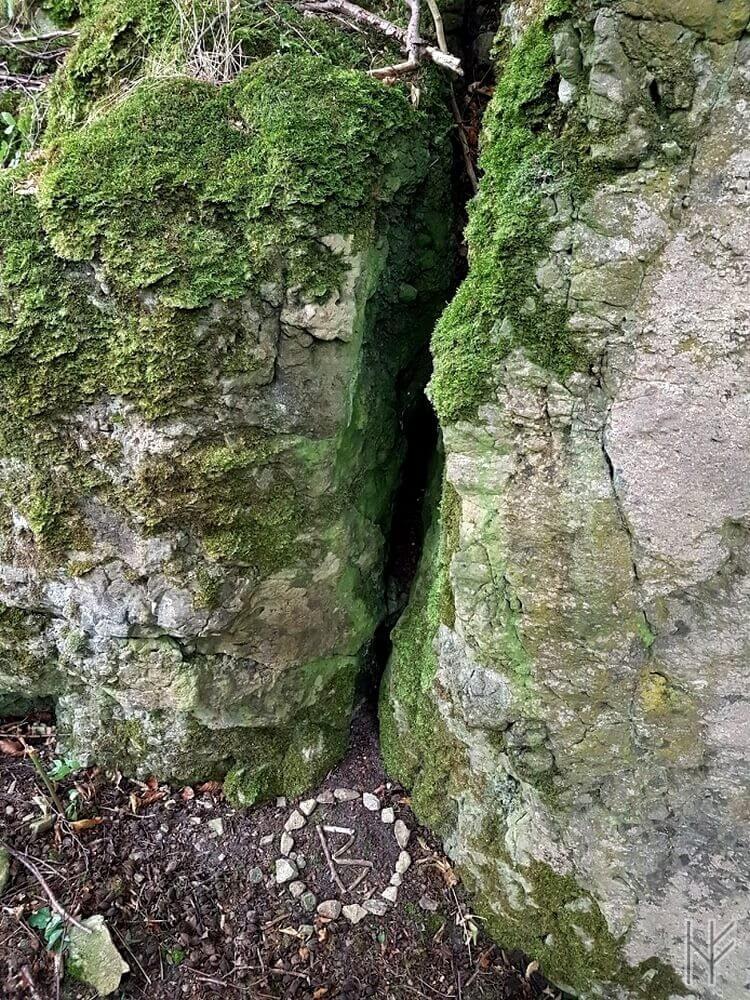 Berkana-Rune im Steinkreis unterhalb der Blutrinne des Uhlensteins