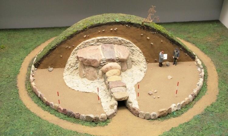 Modell des Großsteingrabs Denghoog