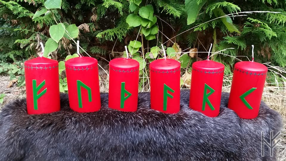 Sechs rote Vänt-Kerzen mit Runen (FUTHARK)