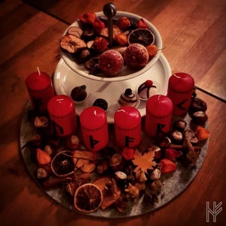 Meine Dekoration mit sechs roten Vänt-Kerzen mit Runen (FUTHARK)