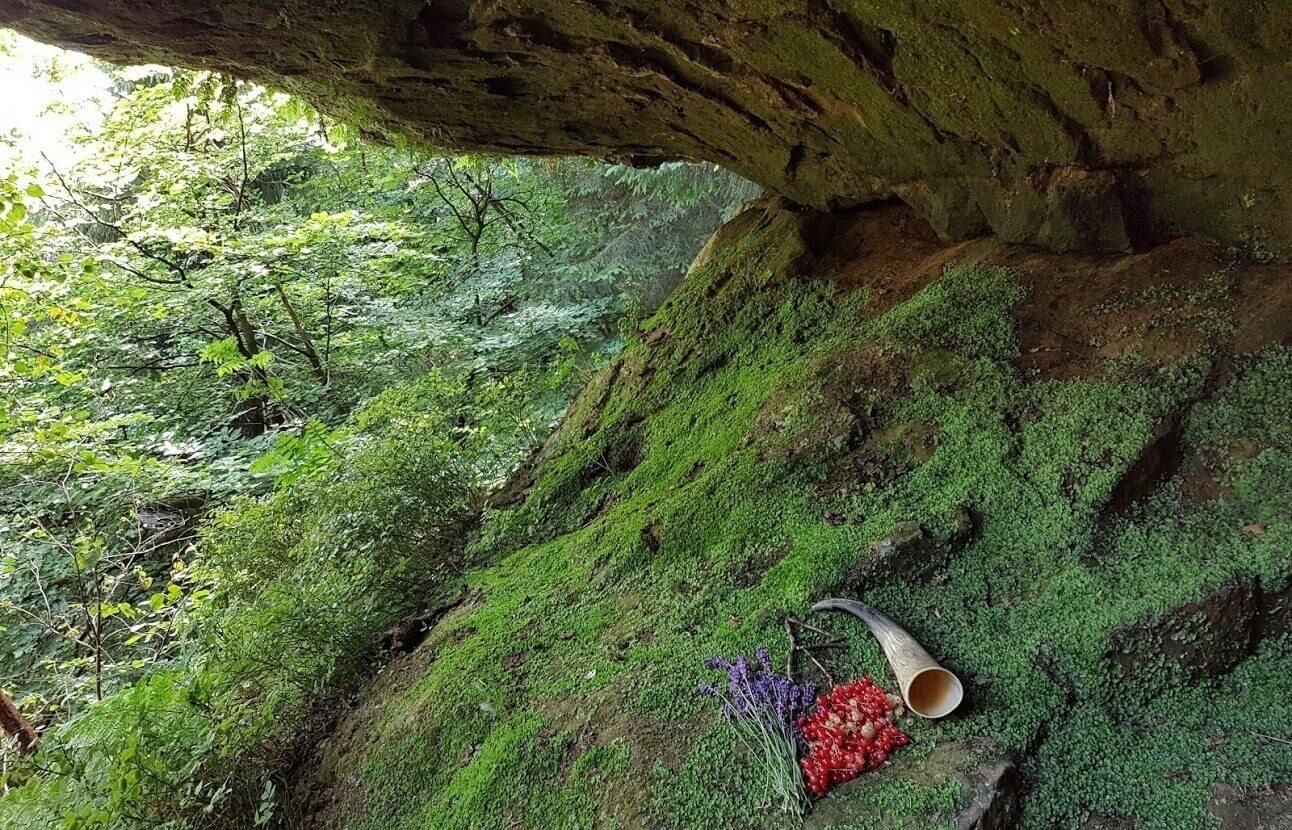 """Opfergabe nach einem Ritual in der """"Drudenhöhle"""", wo jene weise Wala einst gelebt und gewirkt haben soll."""
