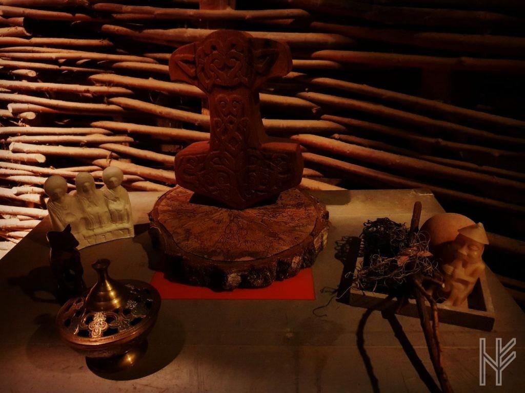 Altar mit Thorshammer und Götterfiguren